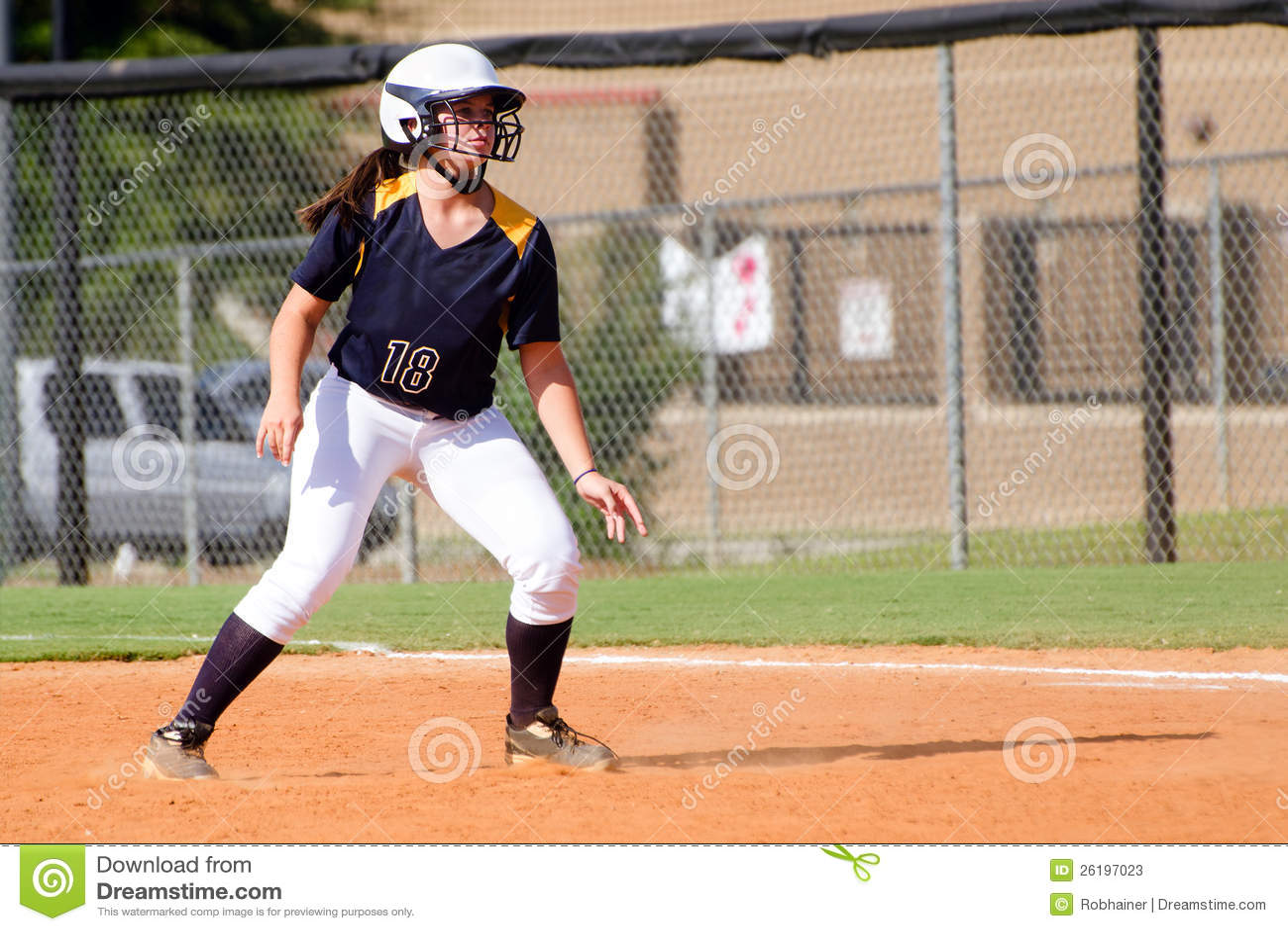 Muchacha adolescente que juega a beísbol con pelota blanda