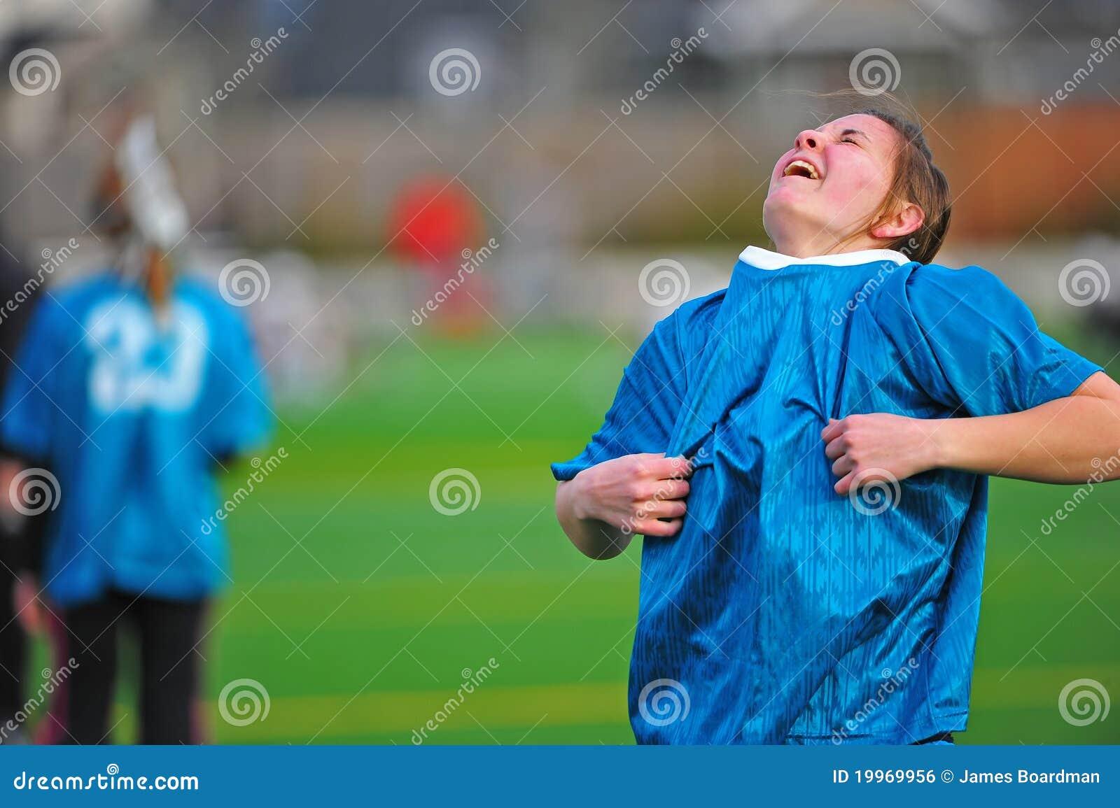 Muchacha adolescente que pone en los deportes Jersey