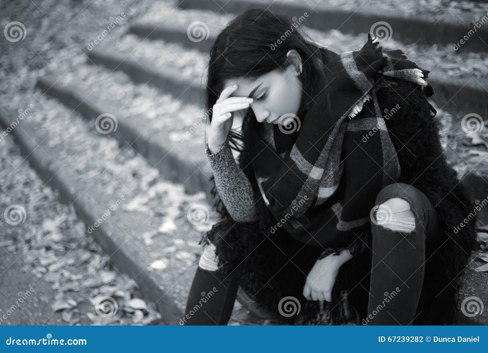 Muchacha adolescente triste al aire libre