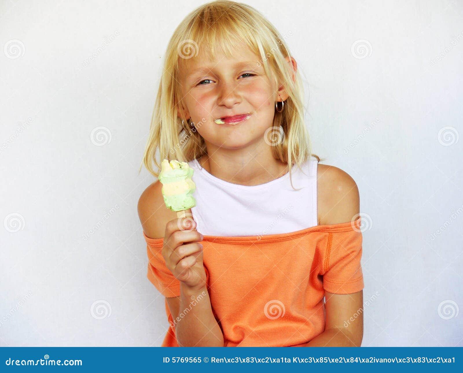 Muchacha adorable con helado