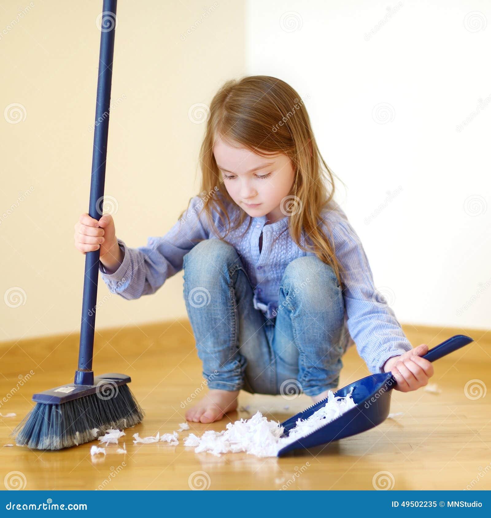 Muchacha adorable que ayuda a su mam a limpiar imagen de - Limpiar la casa ...