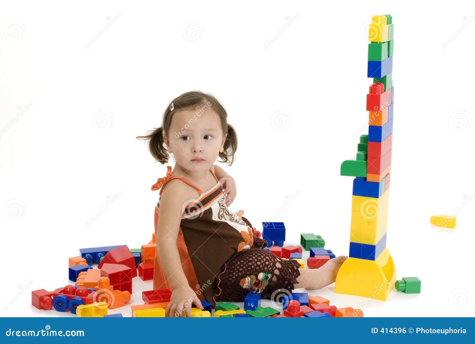 Muchacha americana japonesa que juega con los bloques