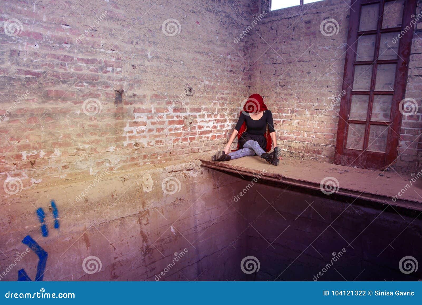 Muchacha anónima del payaso que se sienta en la esquina solamente