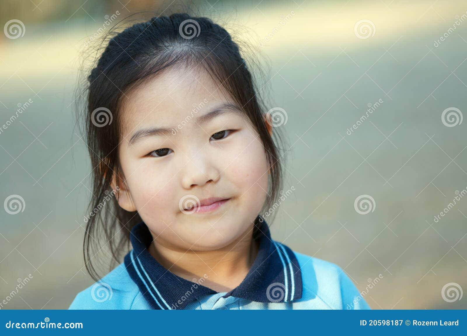 Muchacha asiática de la escuela