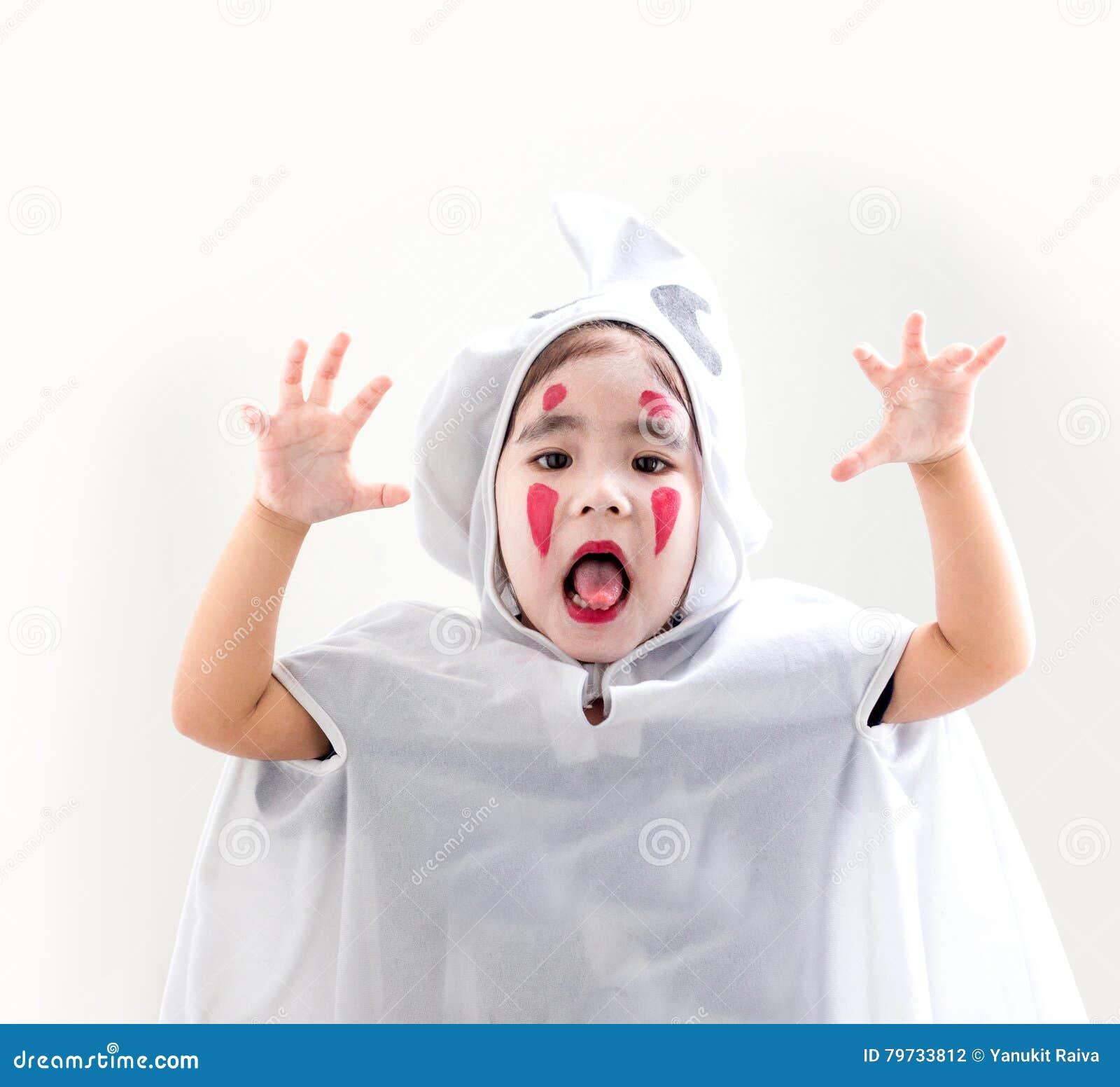 Muchacha asiática en blanco de la habitación del fantasma