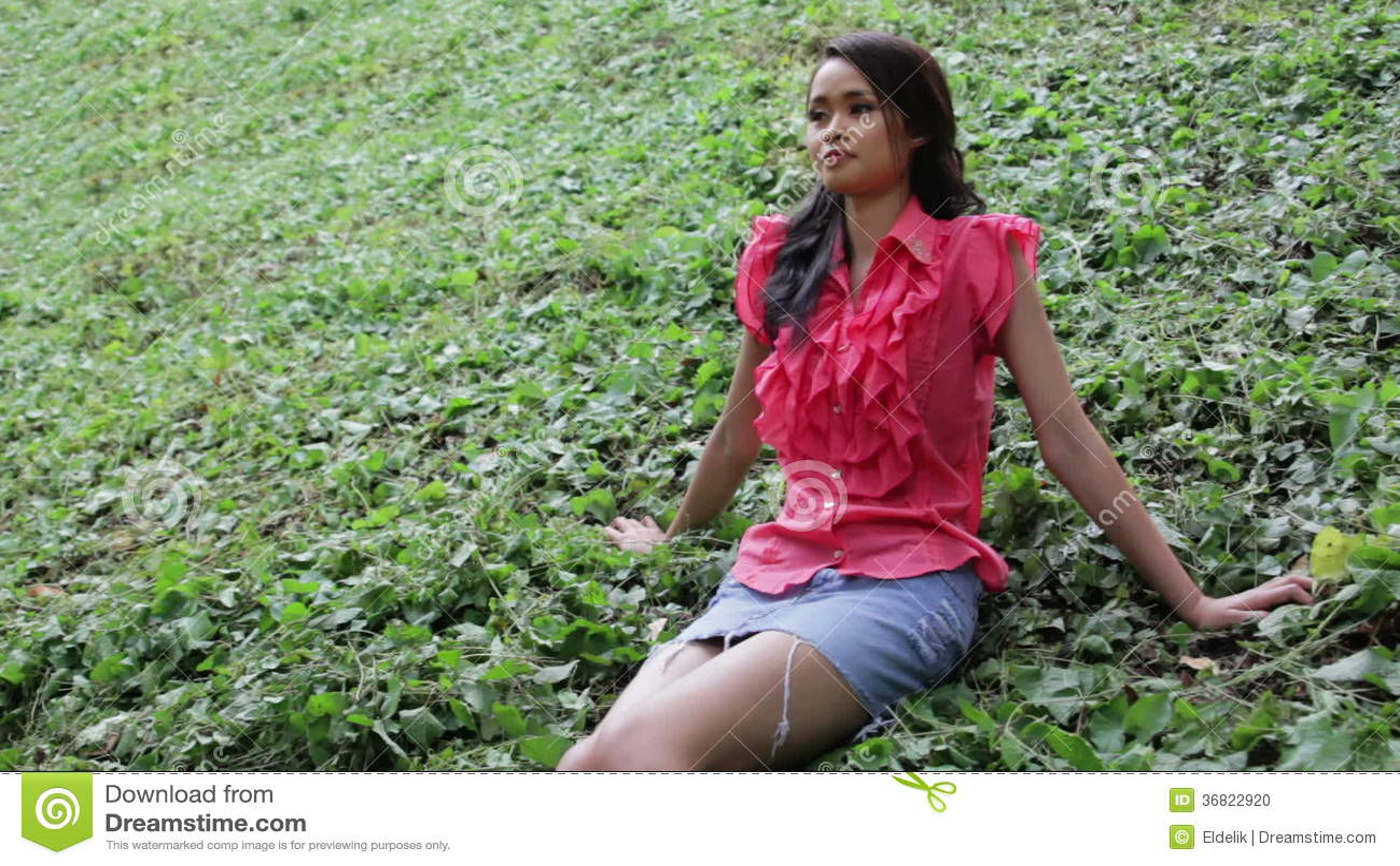 2e09f1fa8 Muchacha Asiática Erótica Atractiva Con La Mini Falda En Hierba ...