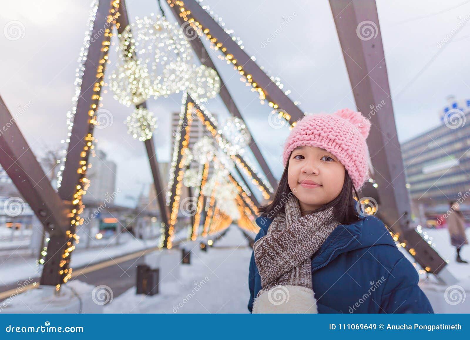 Muchacha asiática linda en invierno