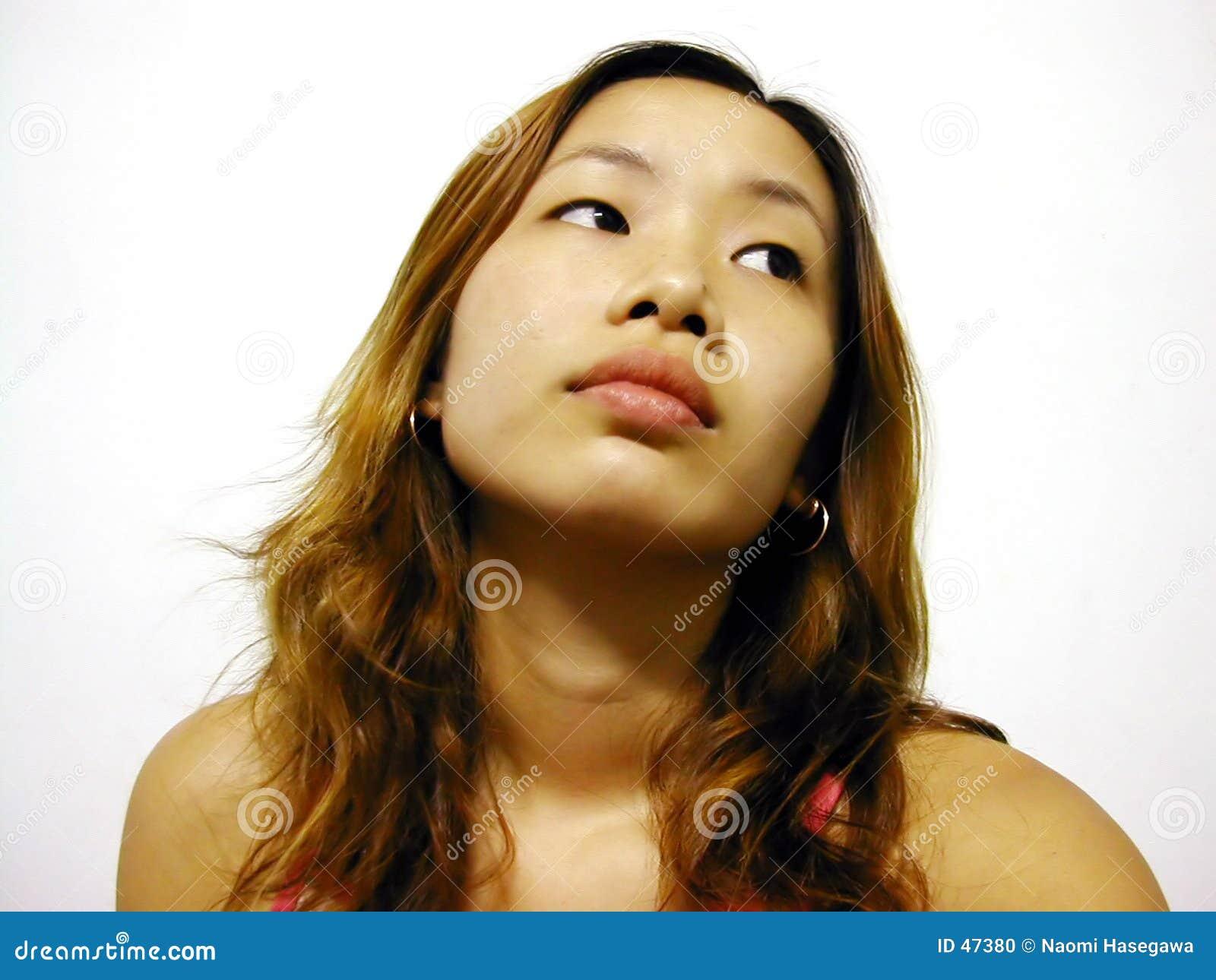 Muchacha asiática que mira de lado
