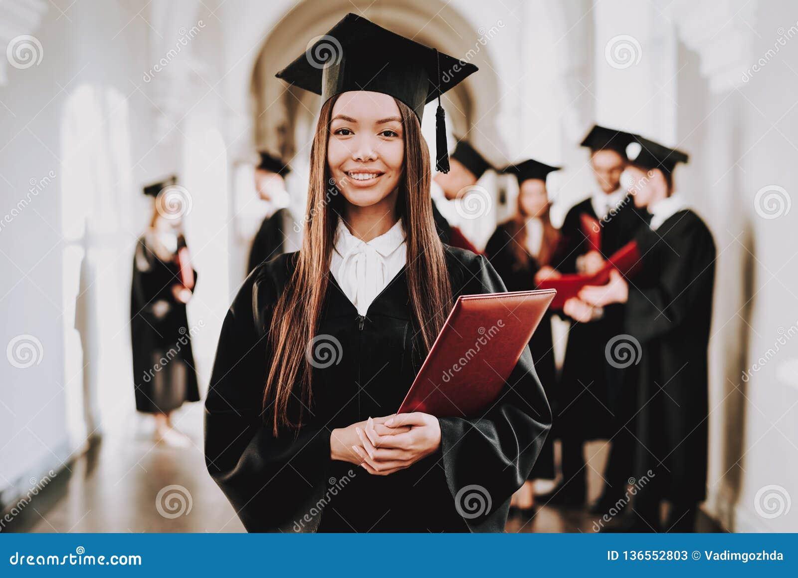 Muchacha asiática standing Pasillo universidad trajes