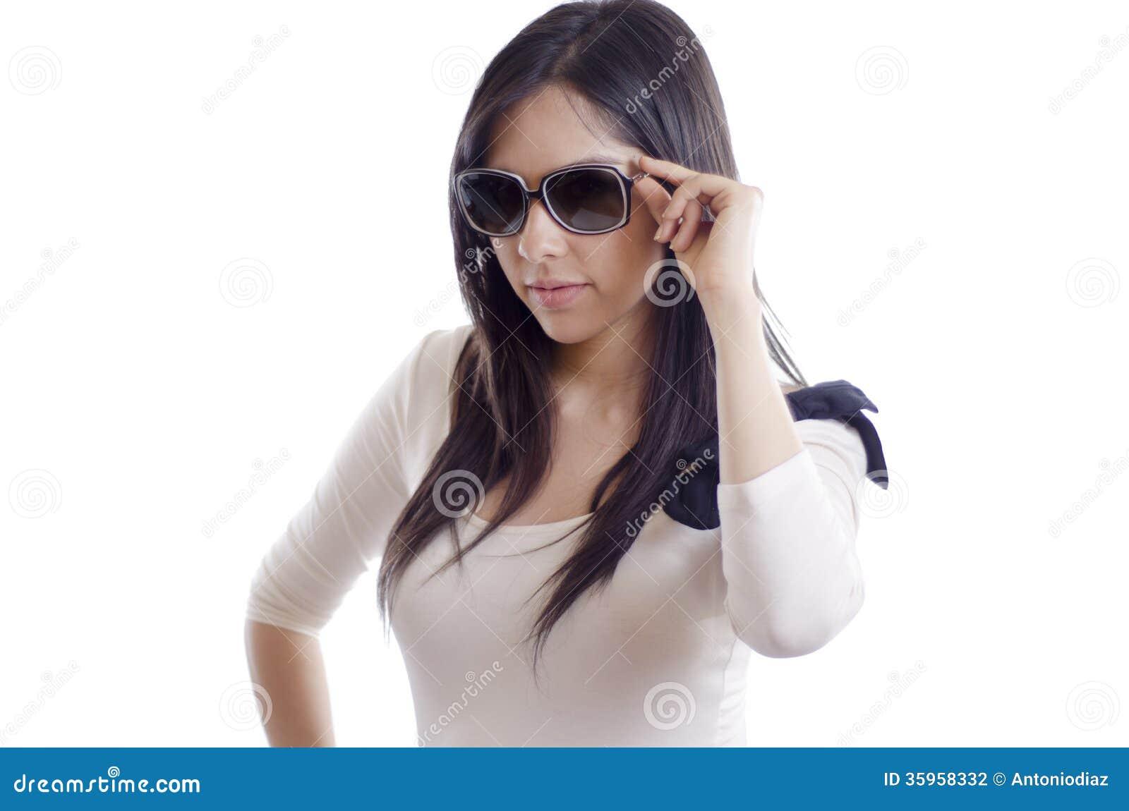 Muchacha atractiva con las gafas de sol