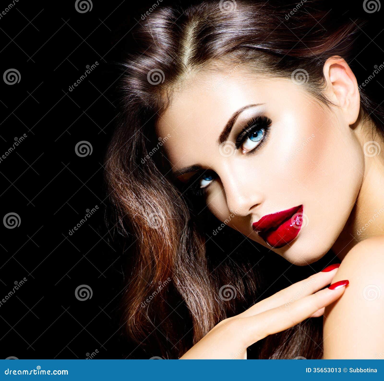 Muchacha atractiva de la belleza