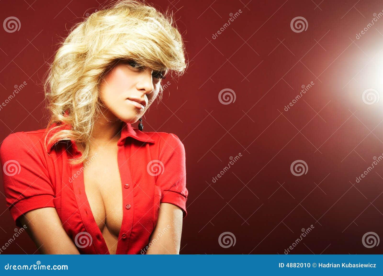 Muchacha atractiva en blusa roja