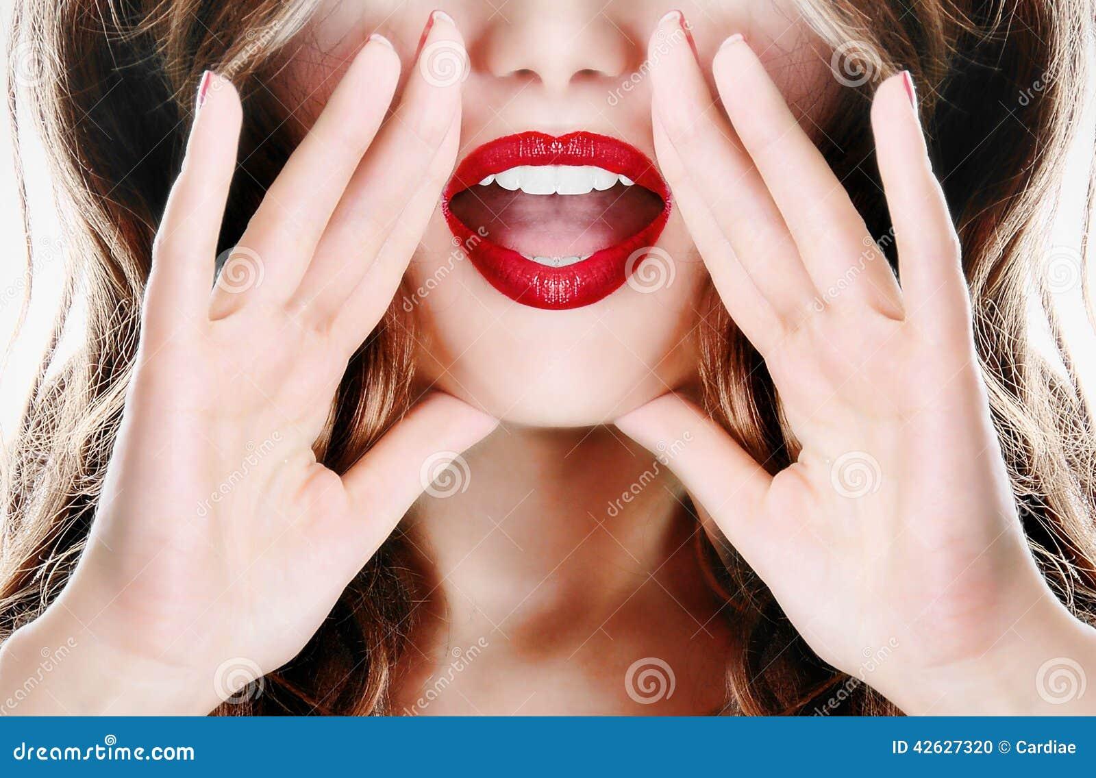 Muchacha atractiva joven atractiva del modelo de la señora de la mujer que dice un secreto
