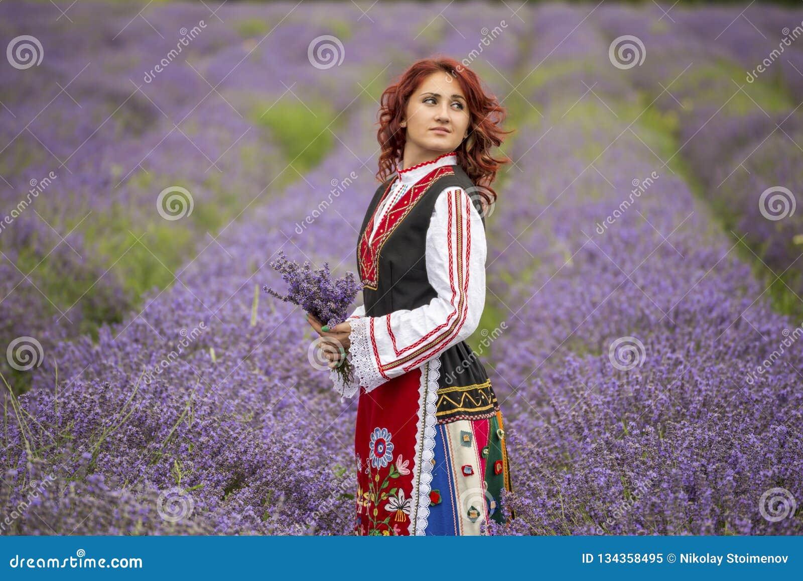 Muchacha búlgara en un campo de la lavanda