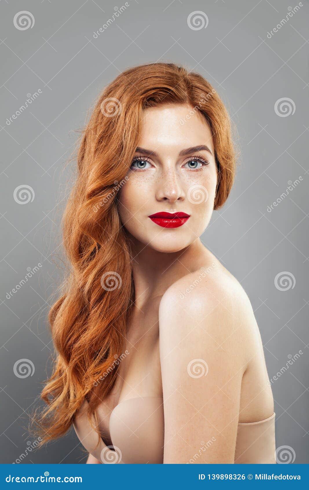 Muchacha blanda del pelirrojo con la piel pecosa sana Modelo caucásico de la mujer con el pelo del jengibre que presenta dentro