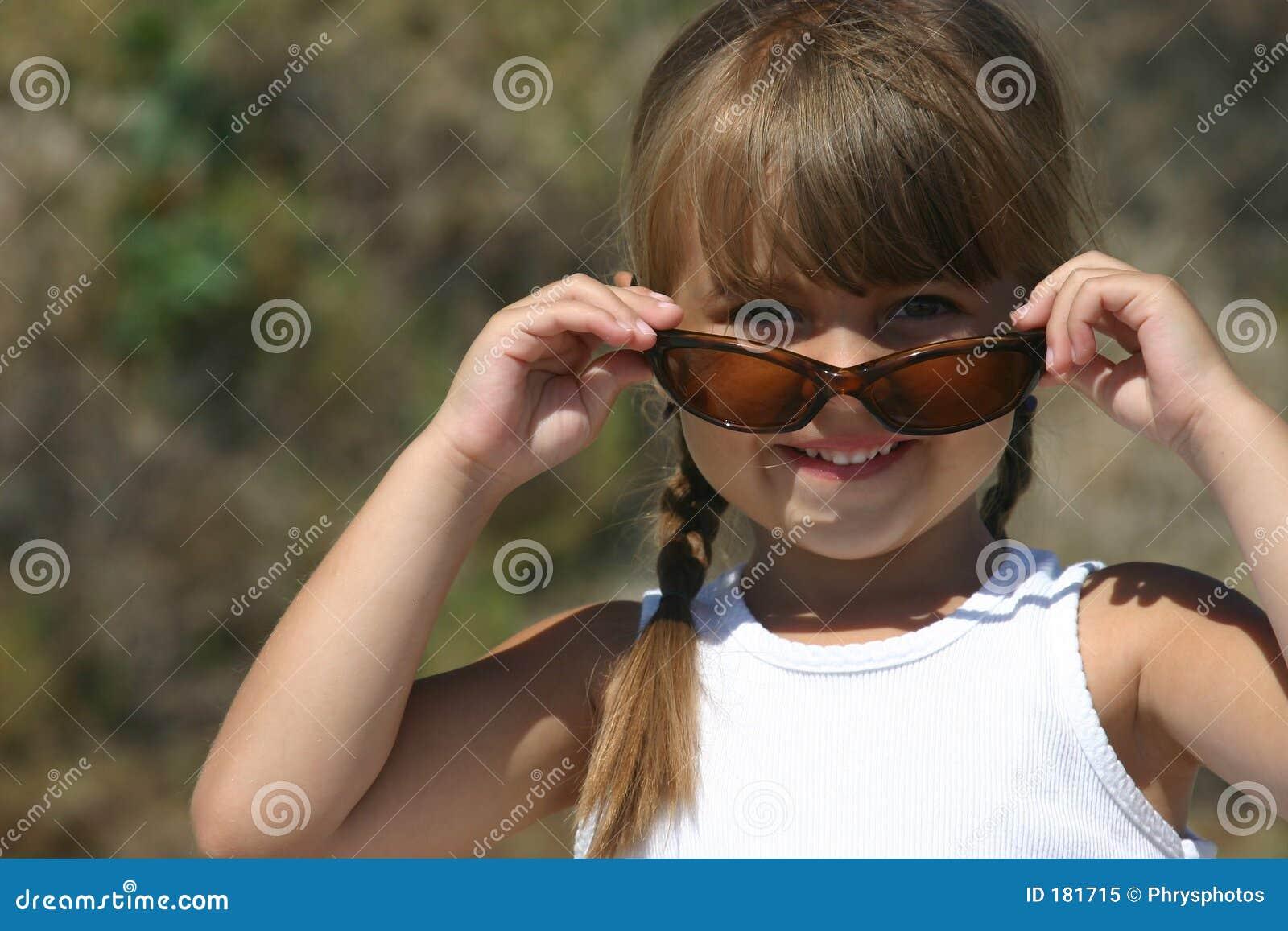 Muchacha bonita con las gafas de sol