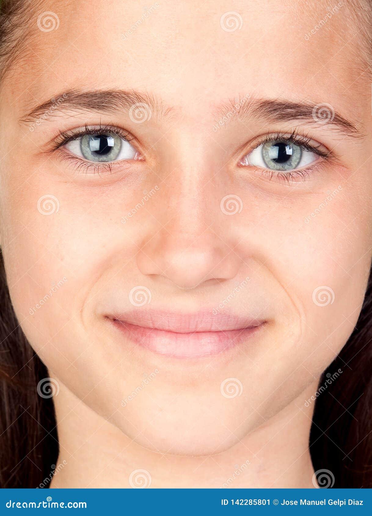 Muchacha bonita con sorprender ojos azules