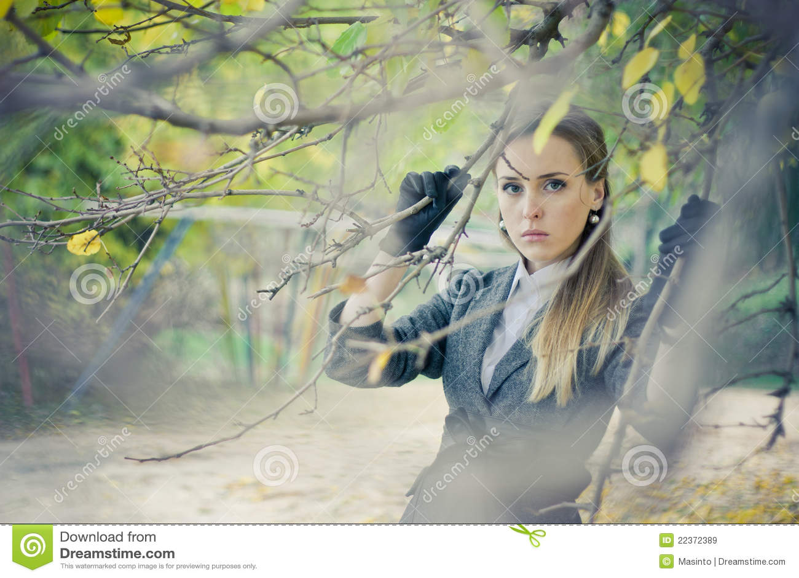 Muchacha bonita en el parque
