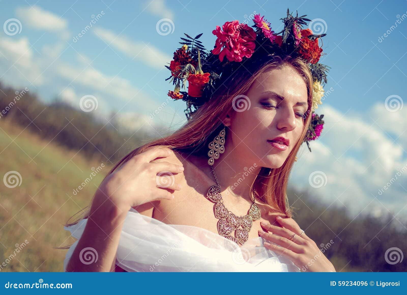 Download Muchacha Bonita En Guirnalda De La Flor Y étnico Jovenes Foto de archivo - Imagen de placer, feliz: 59234096