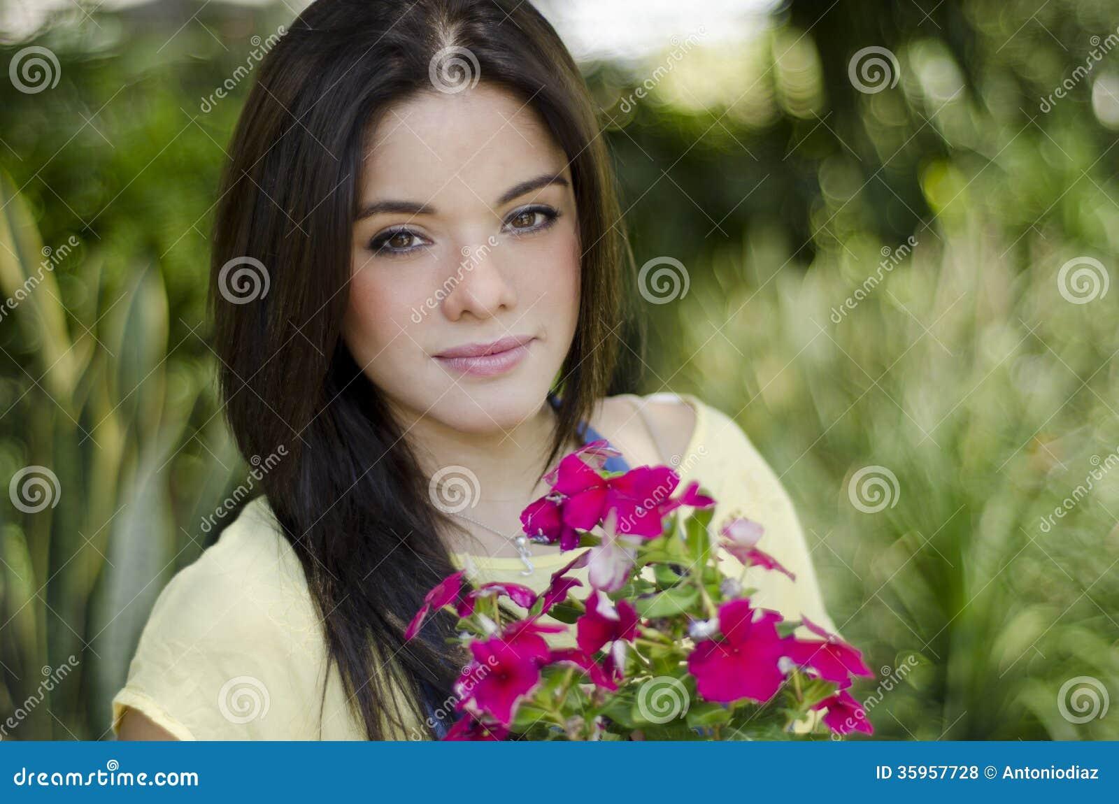 Muchacha bonita en un jardín