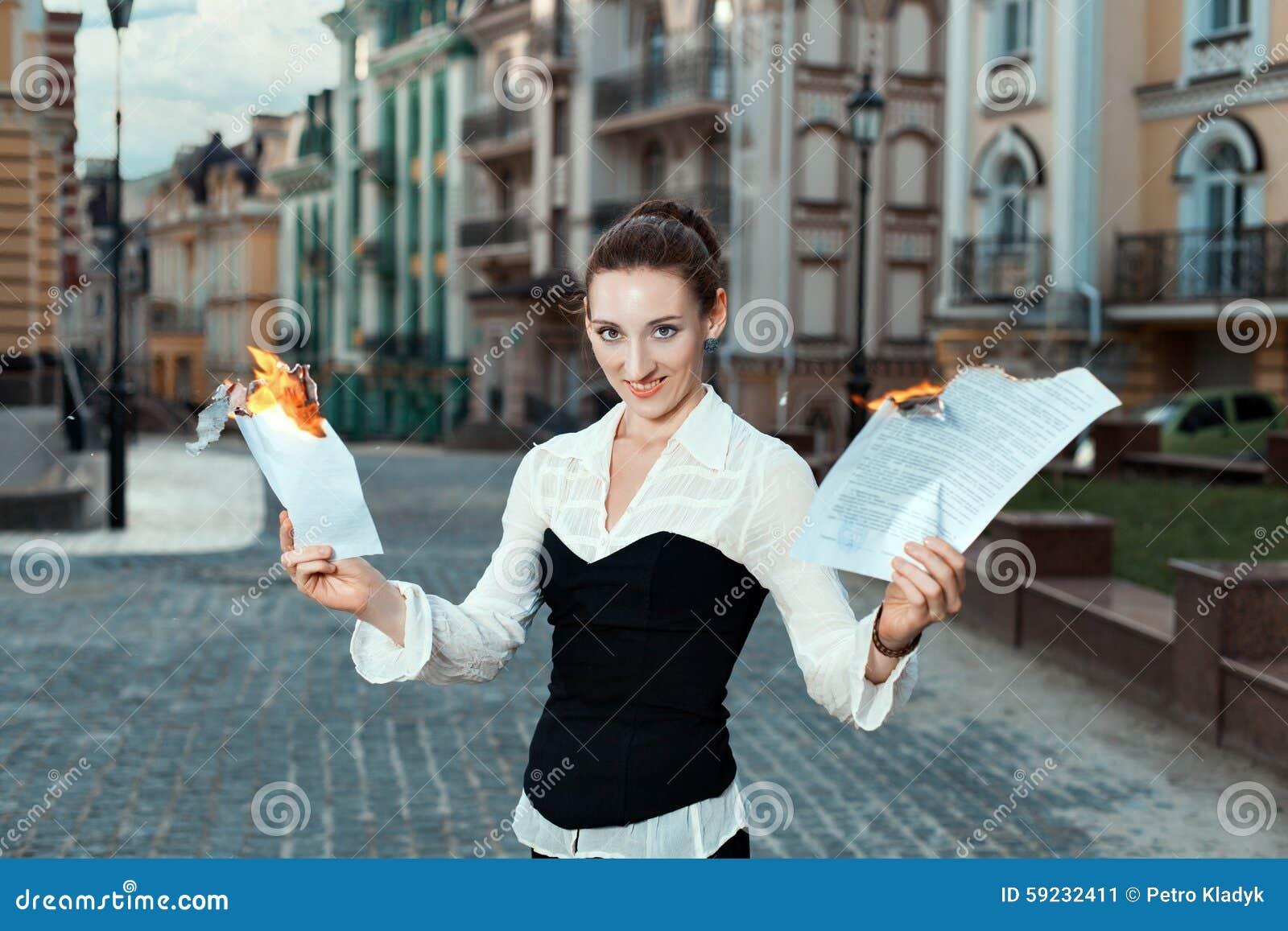 Download Muchacha Con Alegría En Sus Documentos De La Quemadura De La Cara Imagen de archivo - Imagen de papel, quemado: 59232411