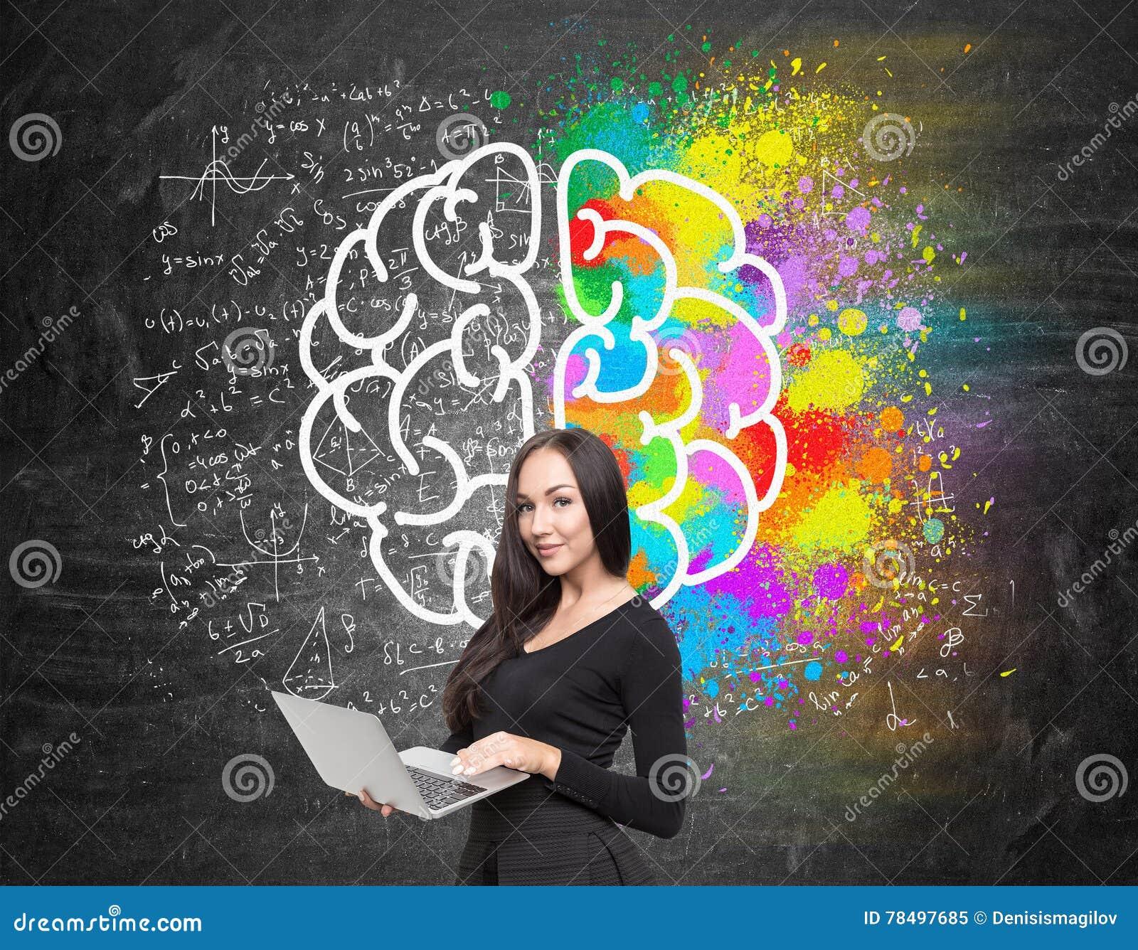 Muchacha con bosquejo del ordenador y del cerebro