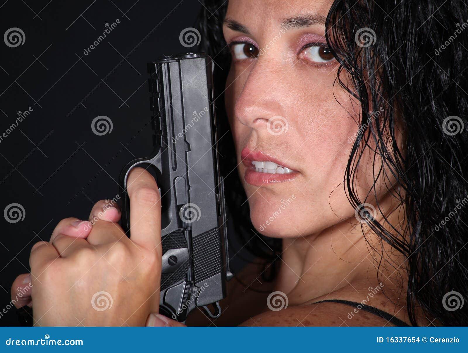 Muchacha con el arma