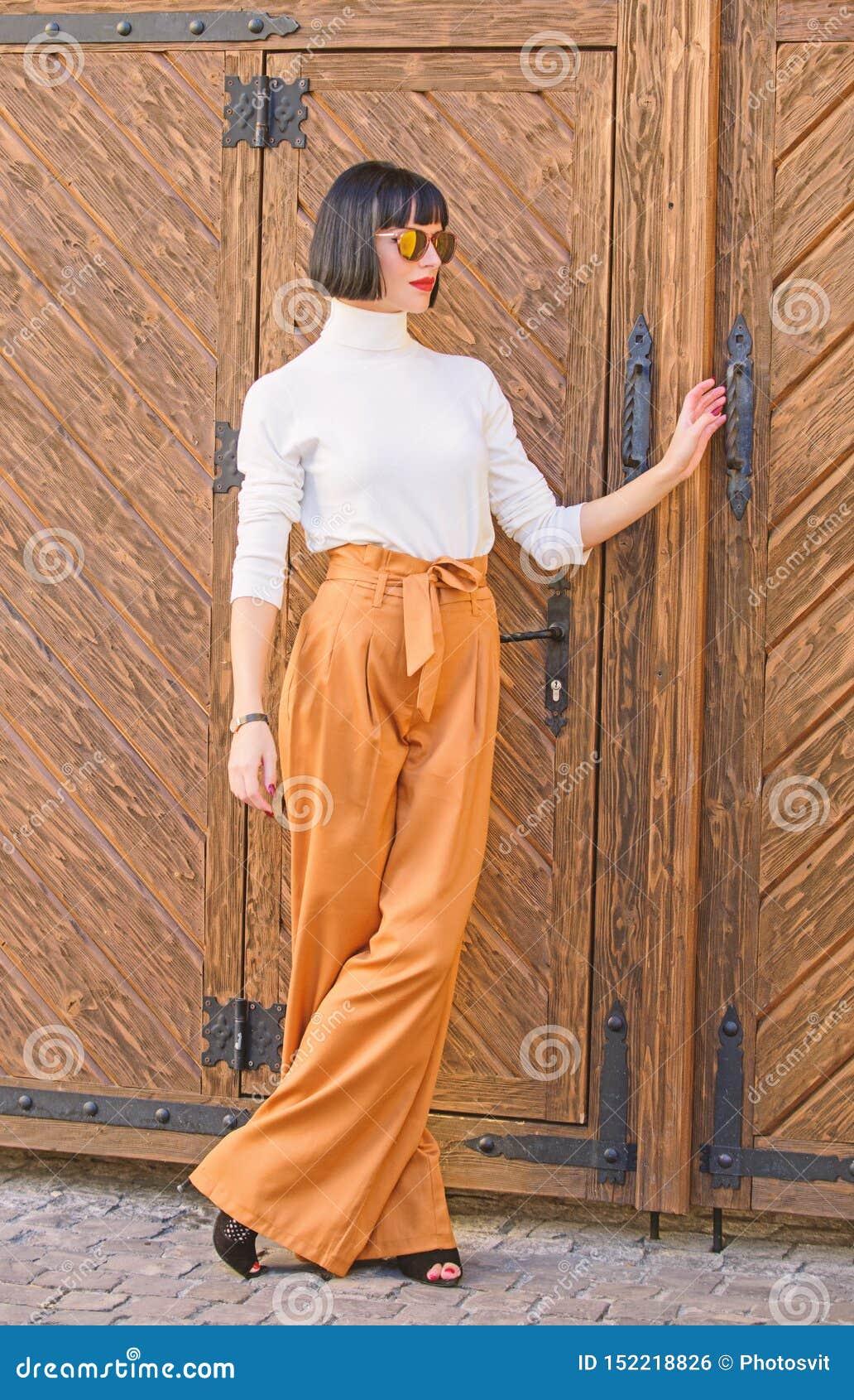 105 En Flojos Mujer Pantalones Fotos Libres De Derechos Y Gratuitas De Dreamstime