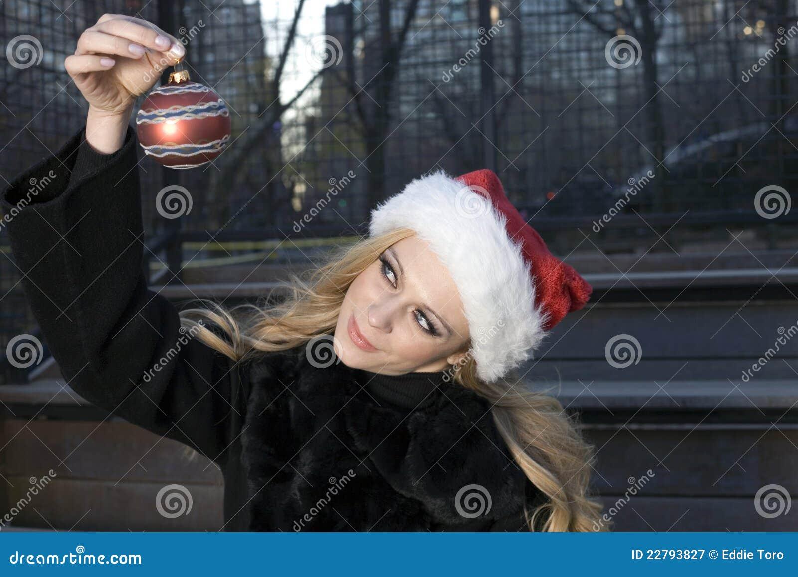 Muchacha con el ornamento de la Navidad