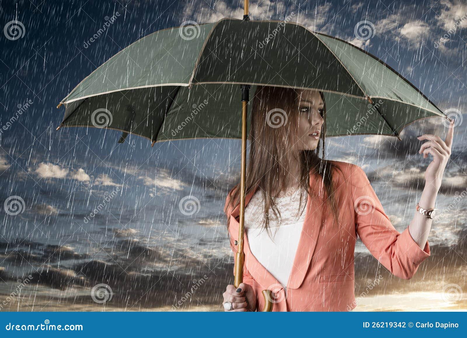 Muchacha con el paraguas, en puesta del sol