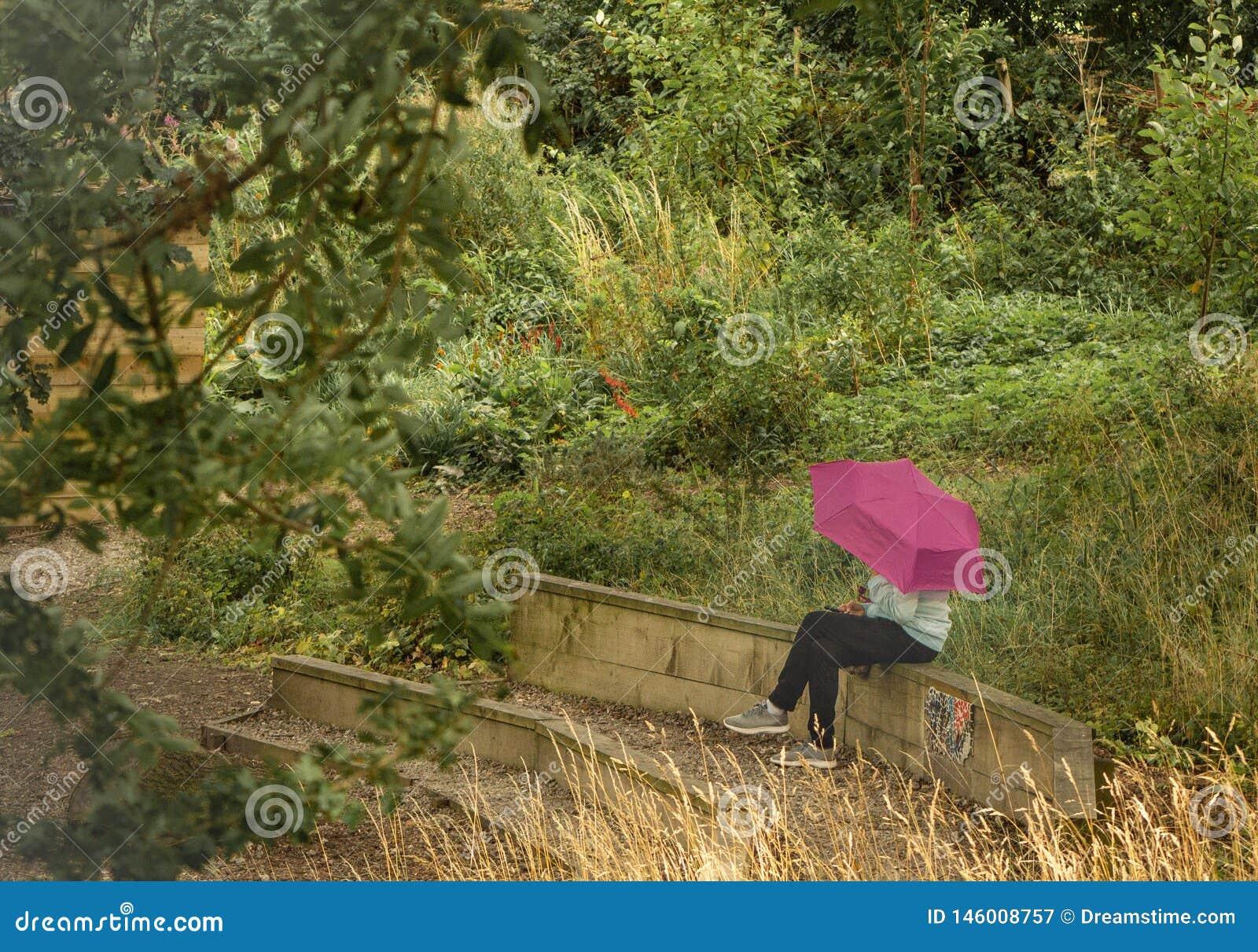 Muchacha con el paraguas rosado
