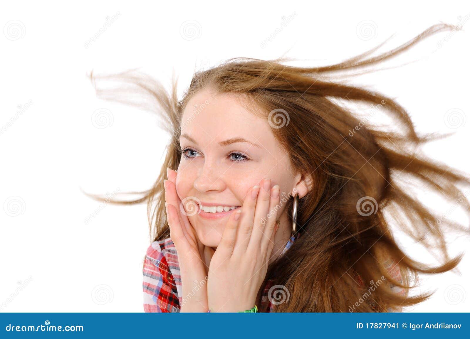 Muchacha con el pelo que agita en el viento