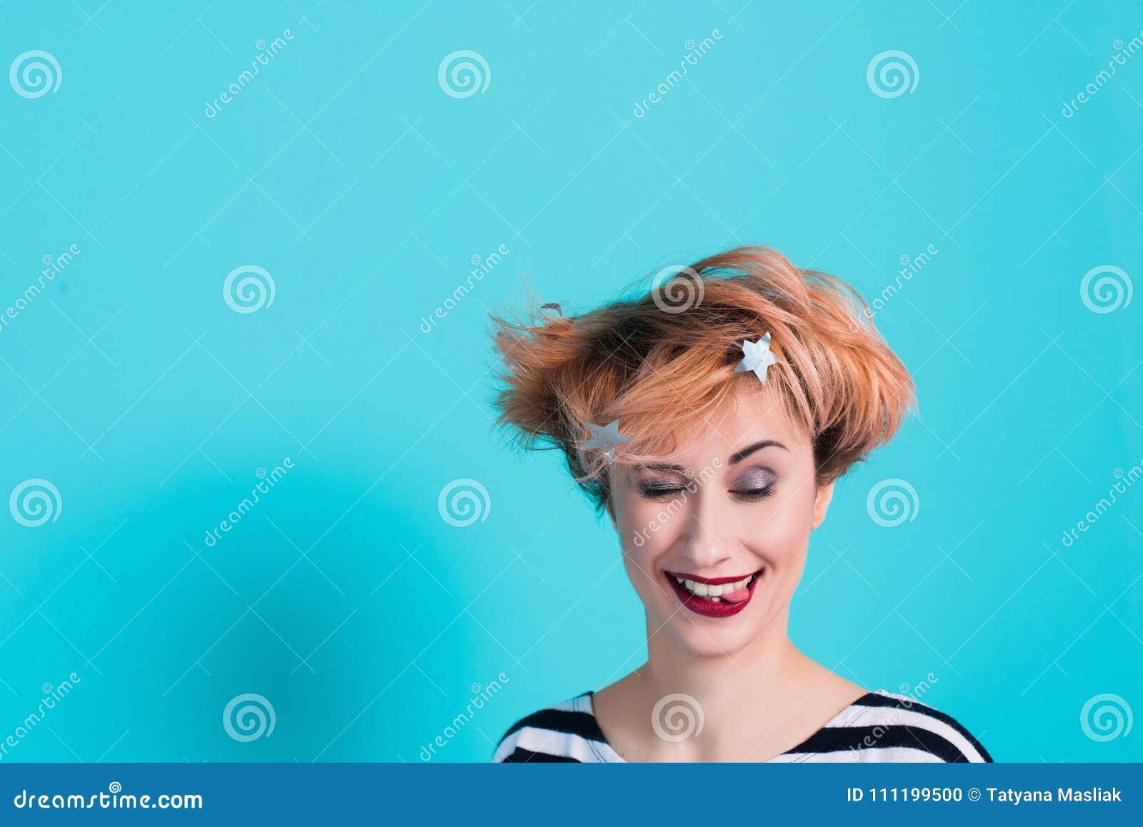 Muchacha con el pelo rojo que lleva a cabo su grito principal Tensión e histérico Emociones negativas Tiro del estudio