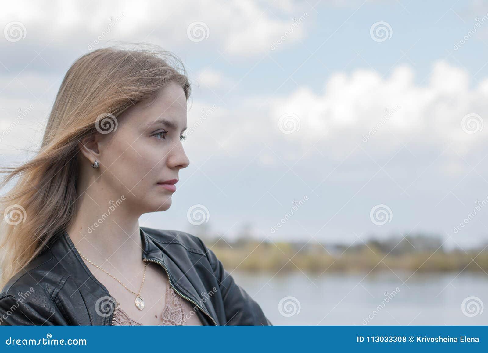 Muchacha con el pelo rubio en la  promenade