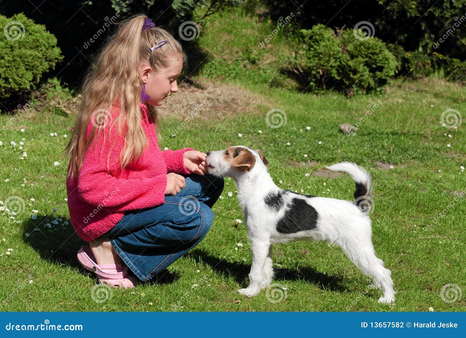 Muchacha con el perro de animal doméstico