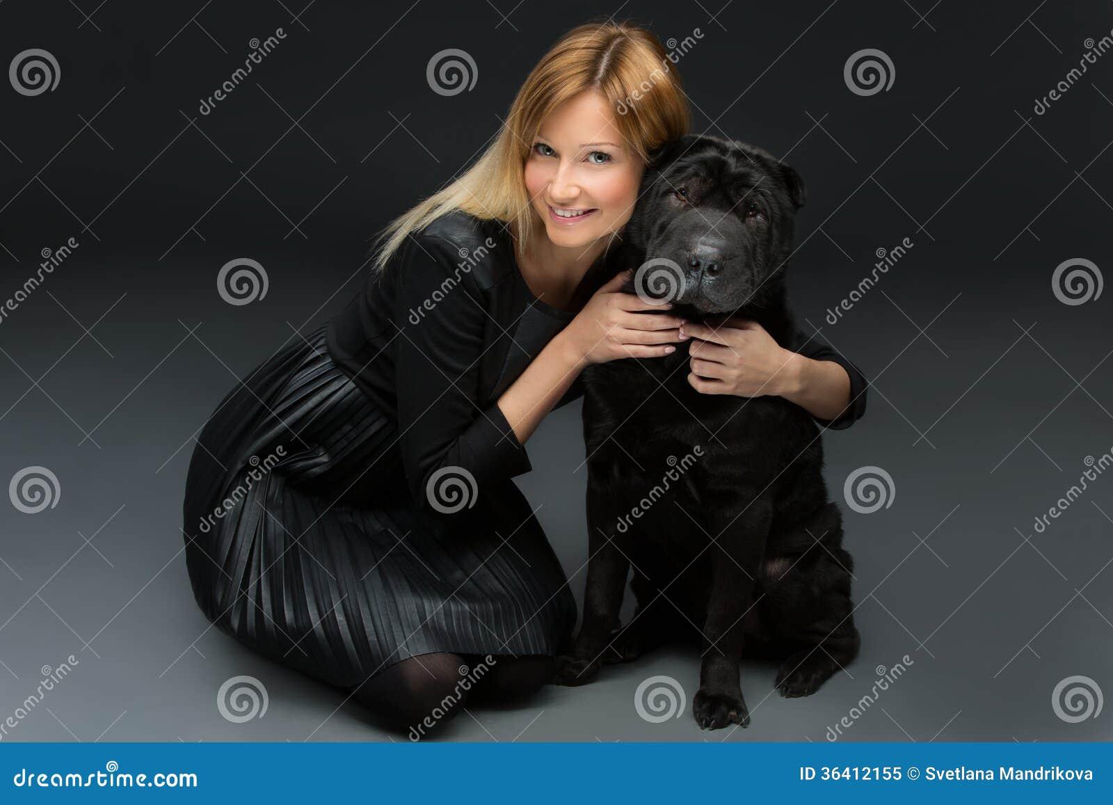 Muchacha con el perro negro
