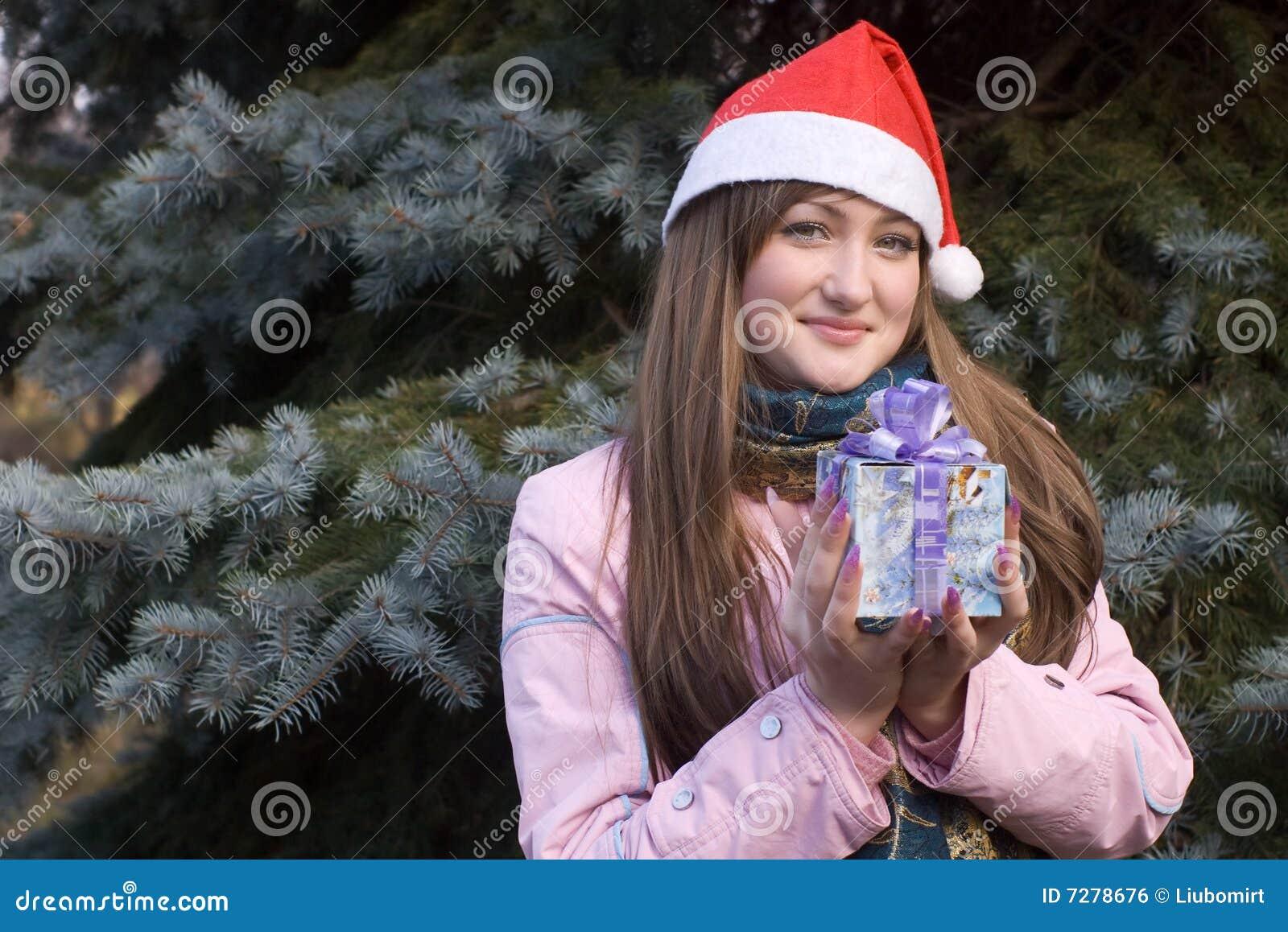 Muchacha con el presente en sombrero de la Navidad