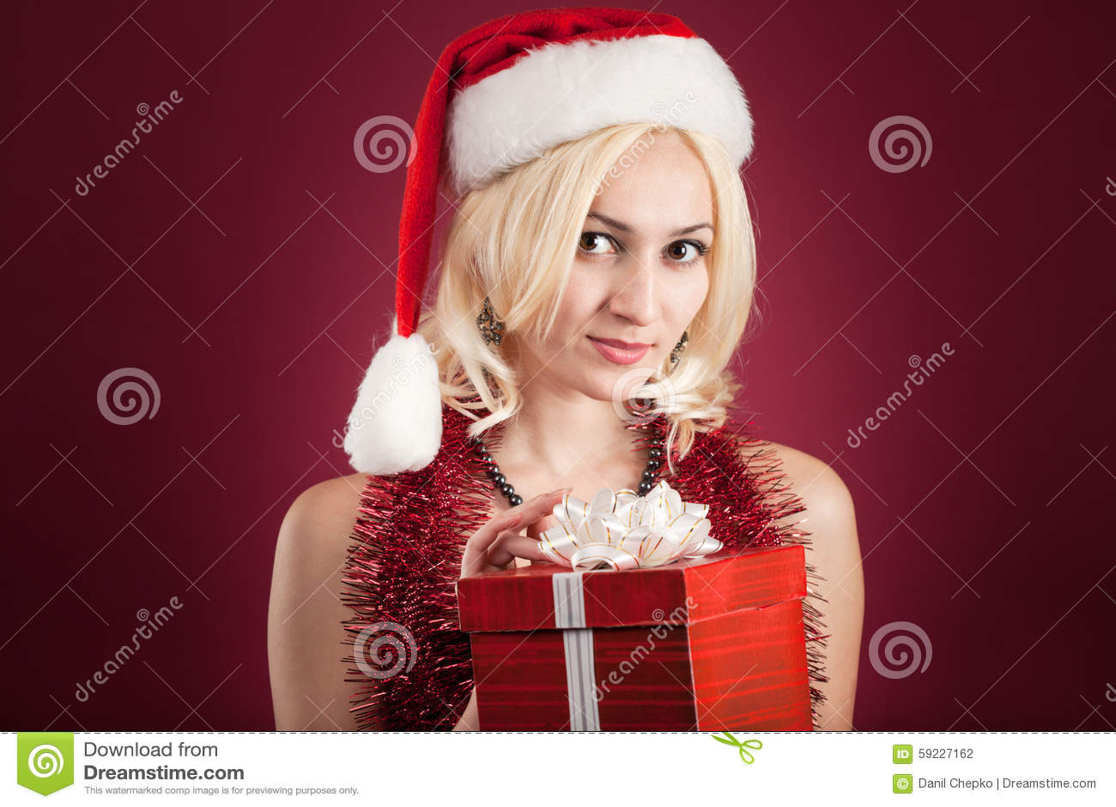 Muchacha con el rectángulo de regalo rojo