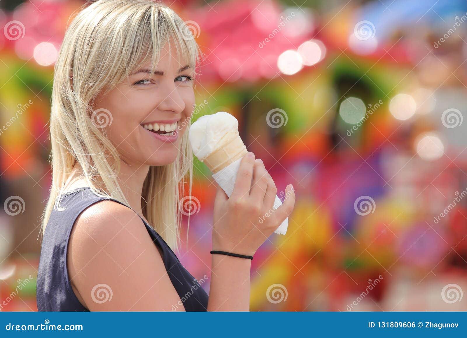 Muchacha con helado