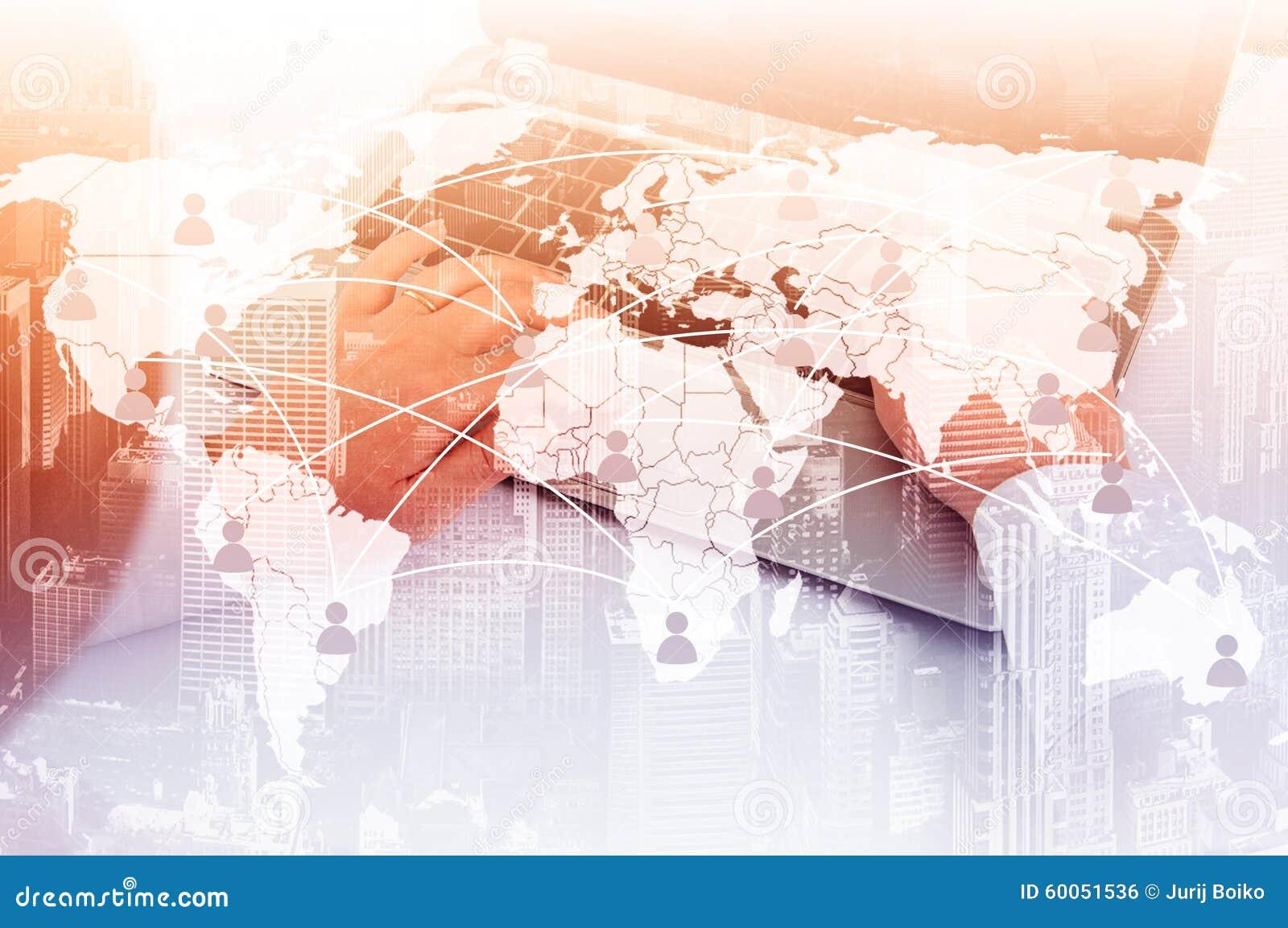 Muchacha con la computadora portátil El concepto de comunicación virtual sobre el mapa