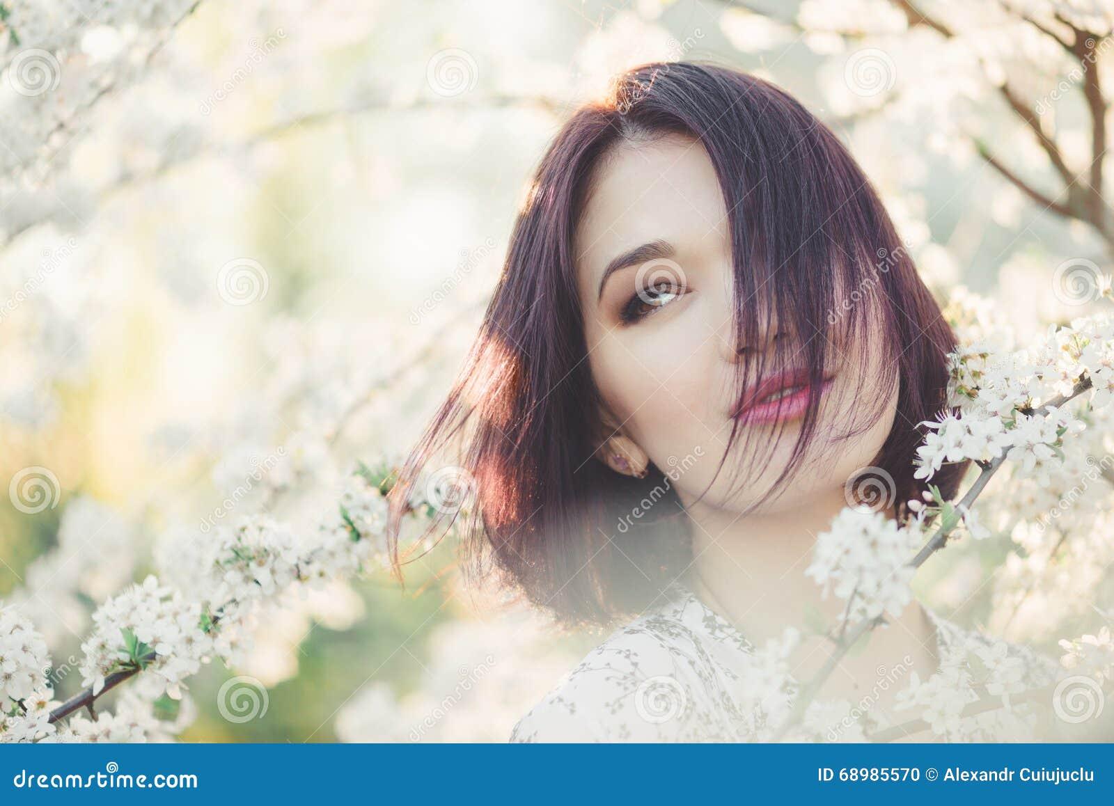 Muchacha con la flor de cerezo Mujer joven Sakura siguiente
