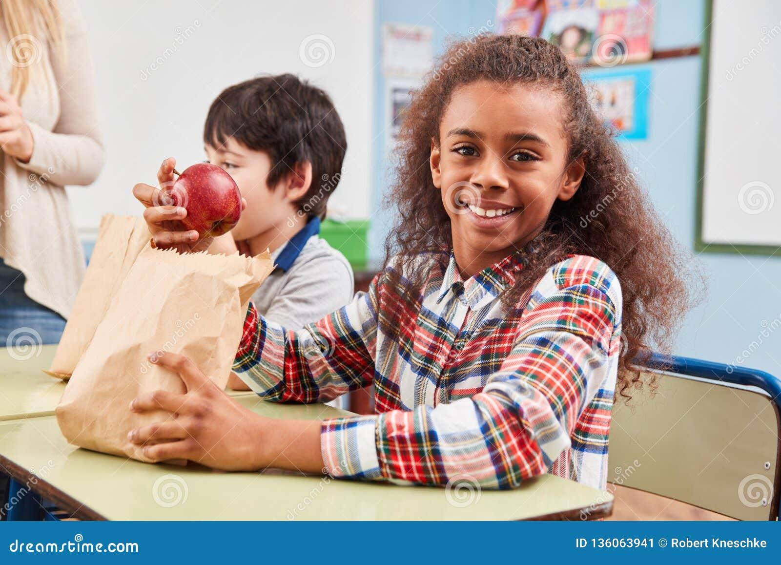 Muchacha con la manzana como bocado sano