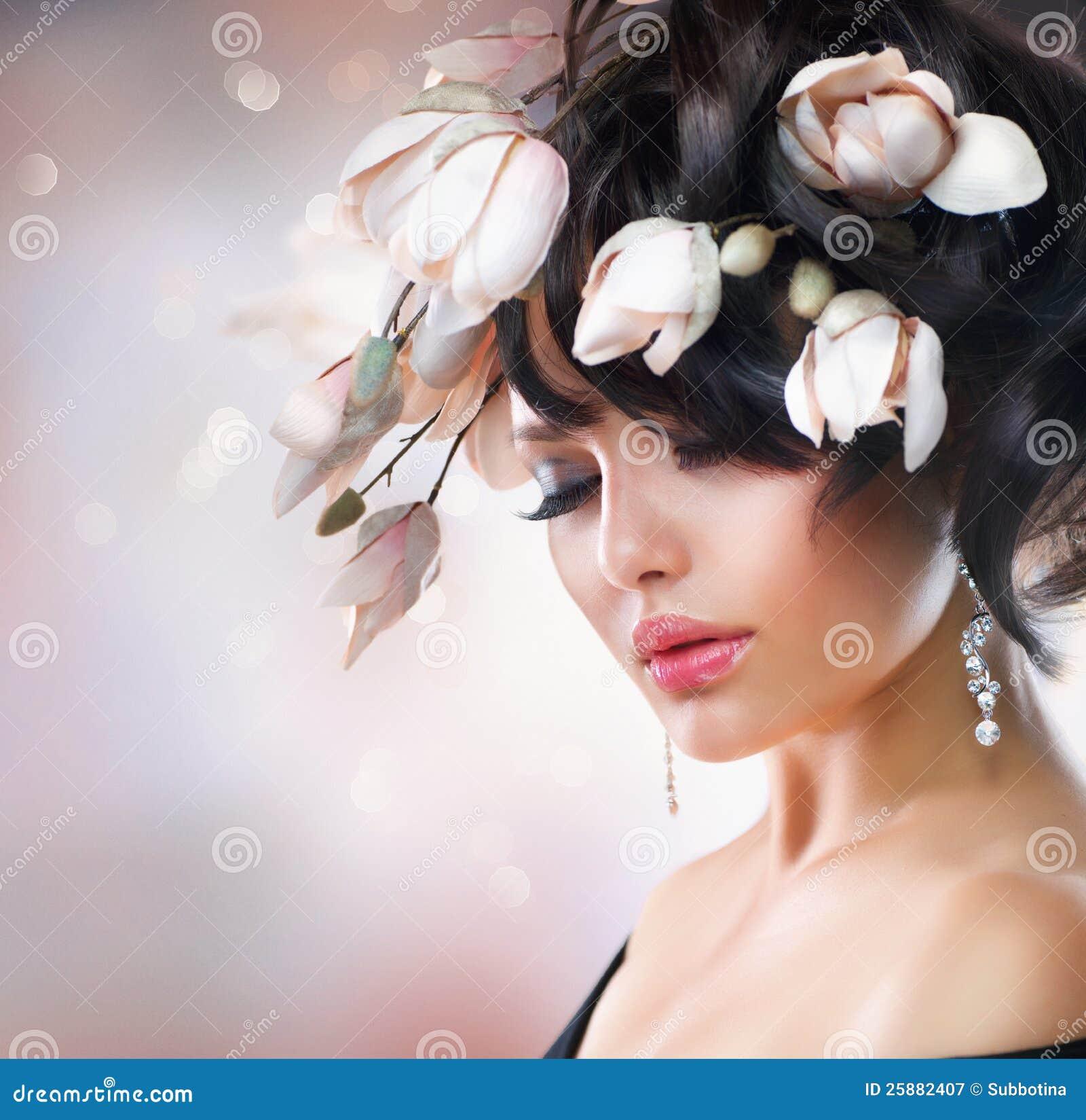 Muchacha con las flores de la magnolia
