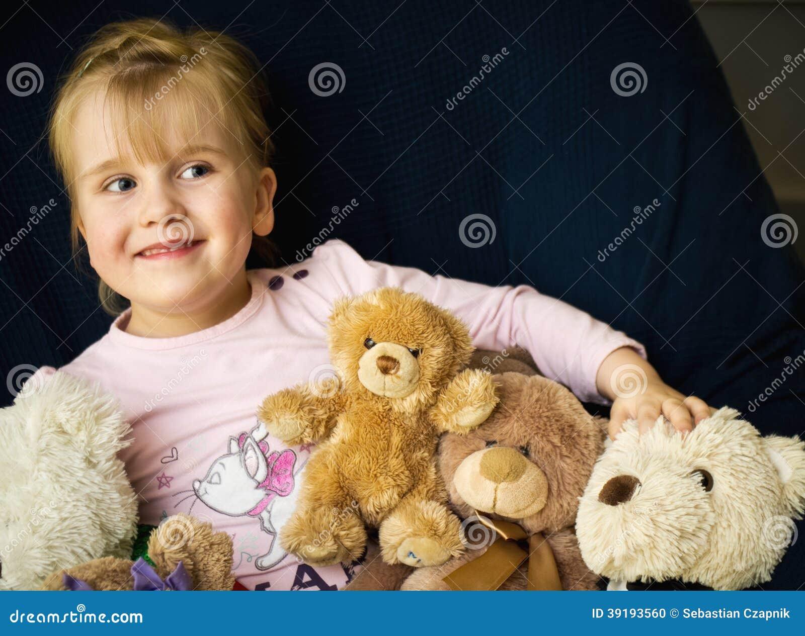 Muchacha con los osos de peluche