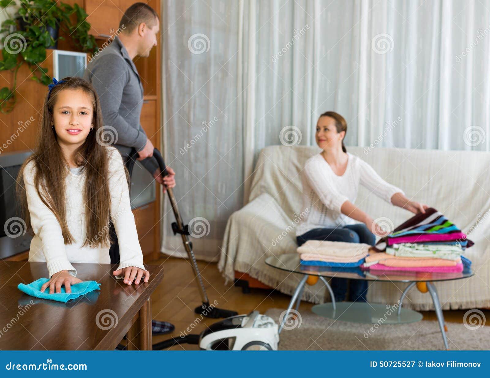 Muchacha con los padres que limpian en casa foto de - Limpiar la casa ...
