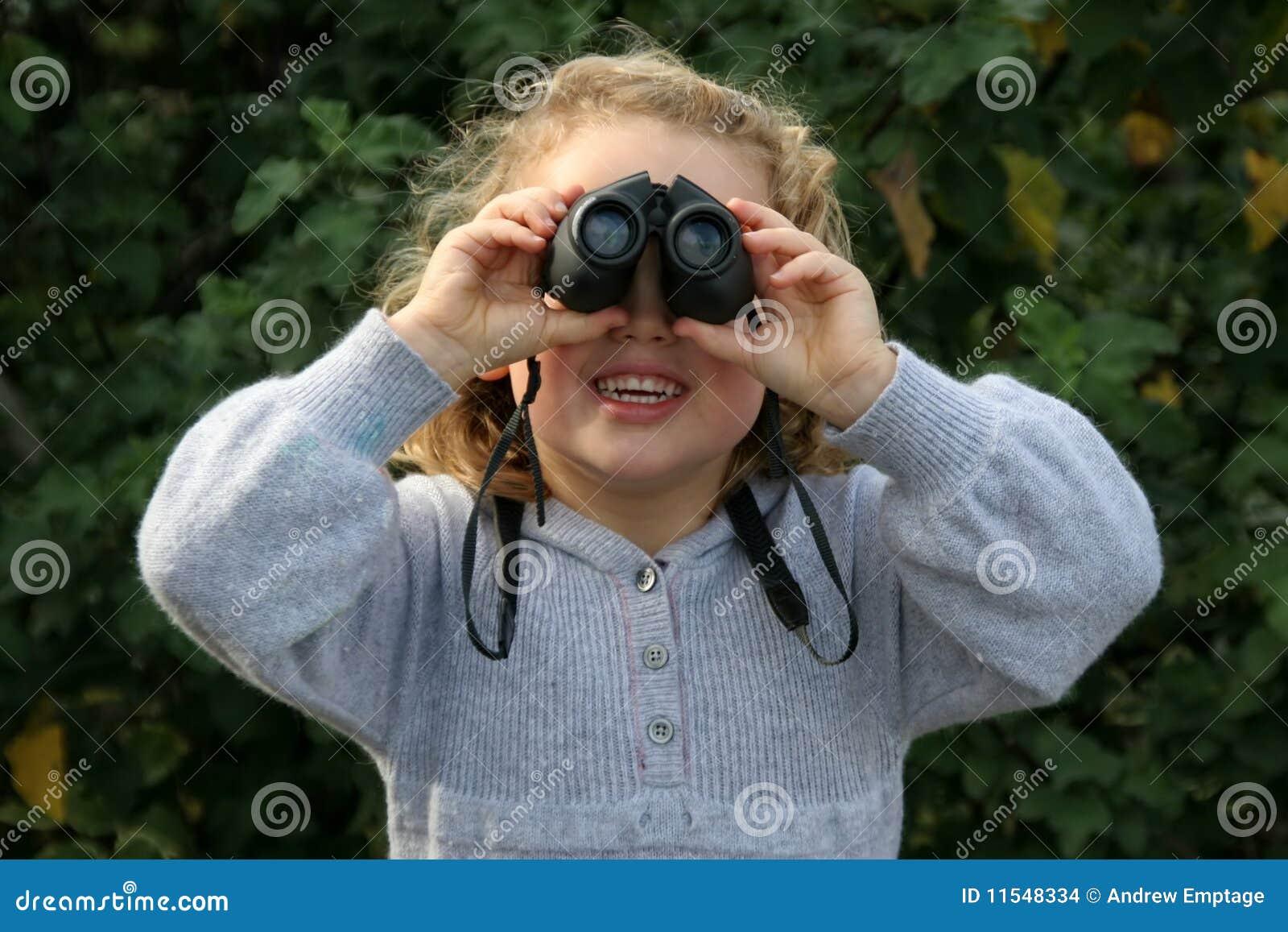 Muchacha con los prismáticos