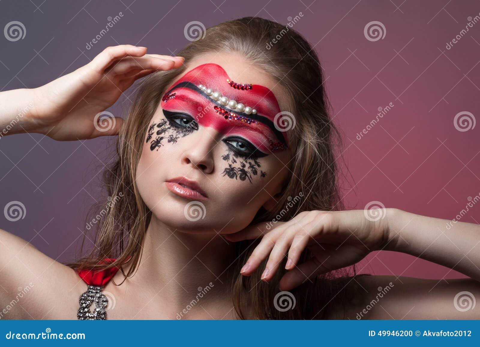 Muchacha con maquillaje creativo en su cara