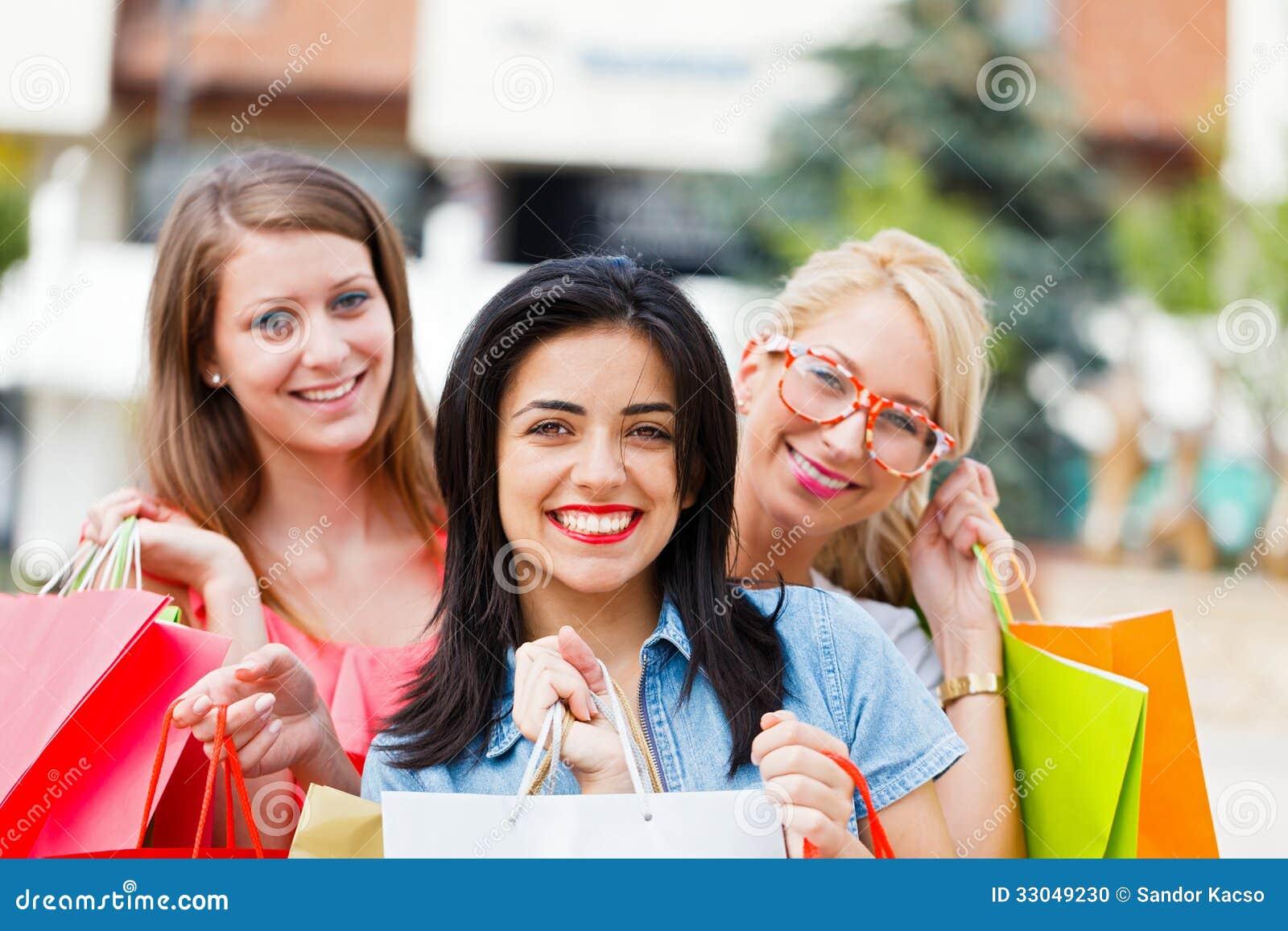 Muchacha con sus amigos después de hacer compras