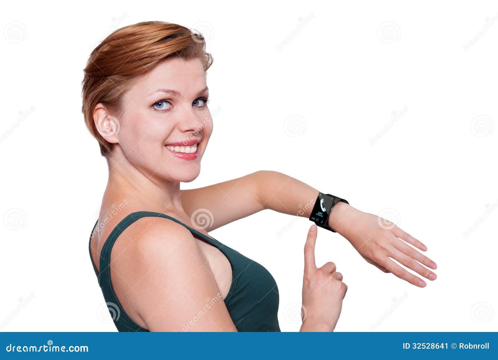 Muchacha con un reloj elegante de Internet aislado en blanco