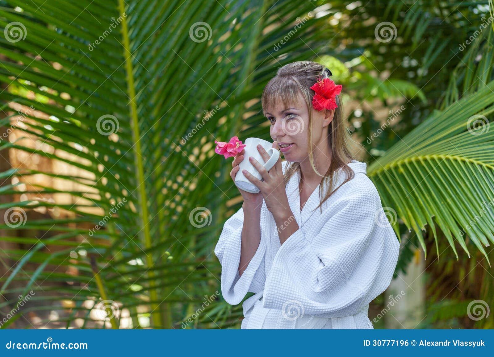 Muchacha con una taza de café de la mañana